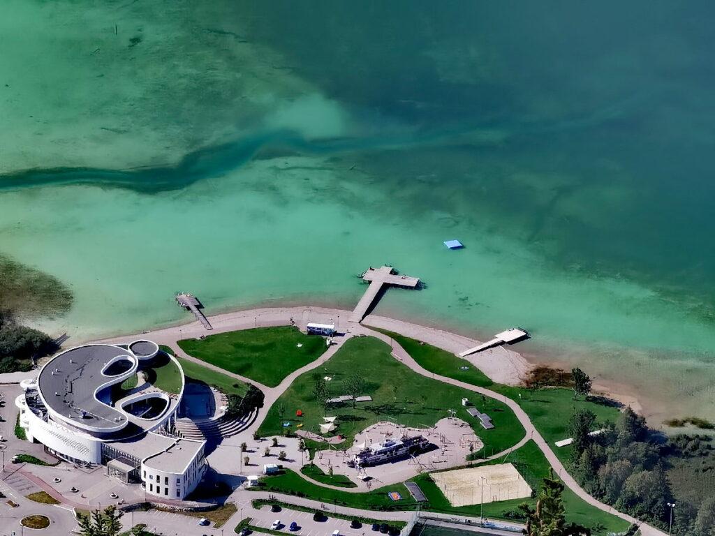 Türkisgrün schimmert der Achensee rund um das Atoll bei der leichten Wanderung am See
