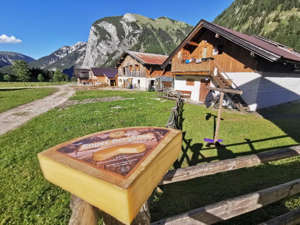 Hier kannst du den Käse direkt im Almdorf der Engalm probieren und kaufen