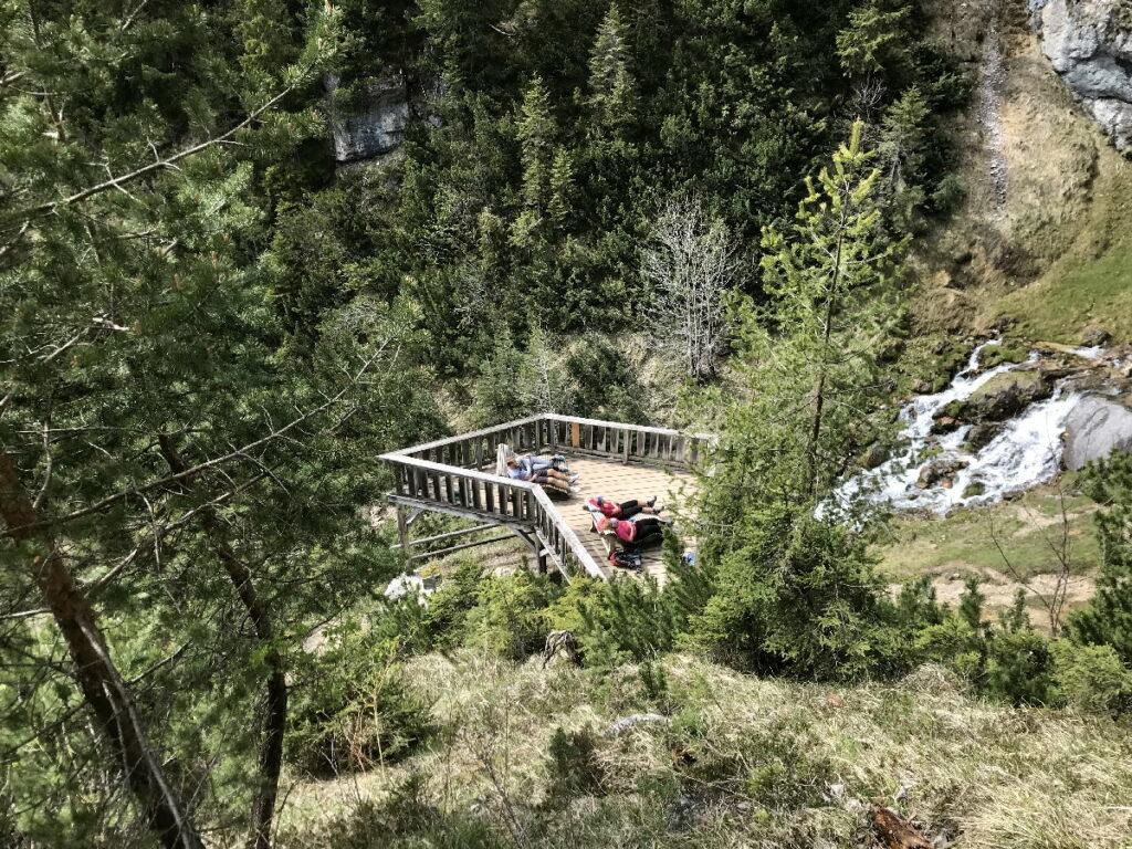 Bester Platz am Dalfazer Wasserfall - die Liegen auf der Aussichtsplattform
