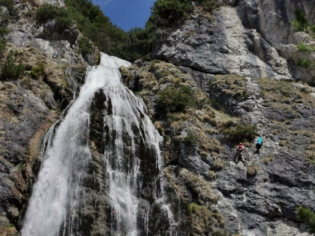 Dalfazer Wasserfall Klettersteig - rechts siehst du die kleinen Kletter, links den Wasserfall