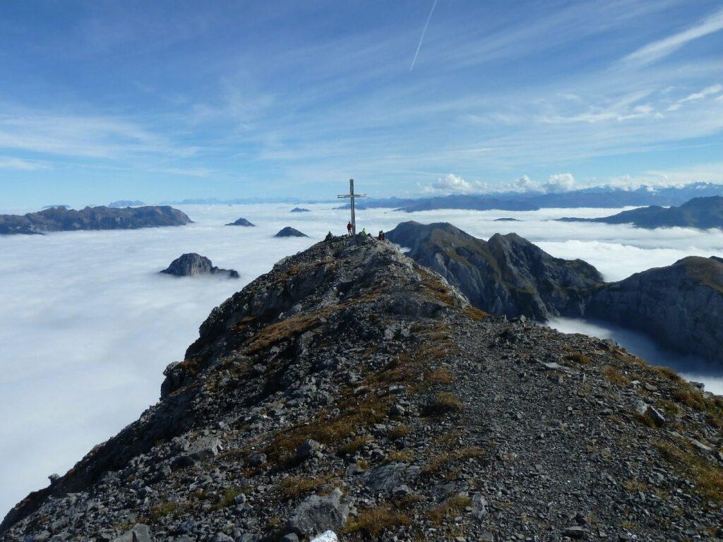 Über den Wolken am Achensee wandern - der Sonnjoch Gipfel im Karwendel